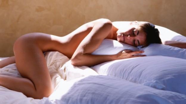 Gli esperti spiegano perché è meglio dormire senza mutande